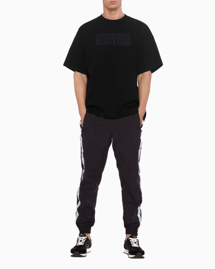 CALVIN KLEIN 뉴 비주얼 텍스처드 로고 티셔츠