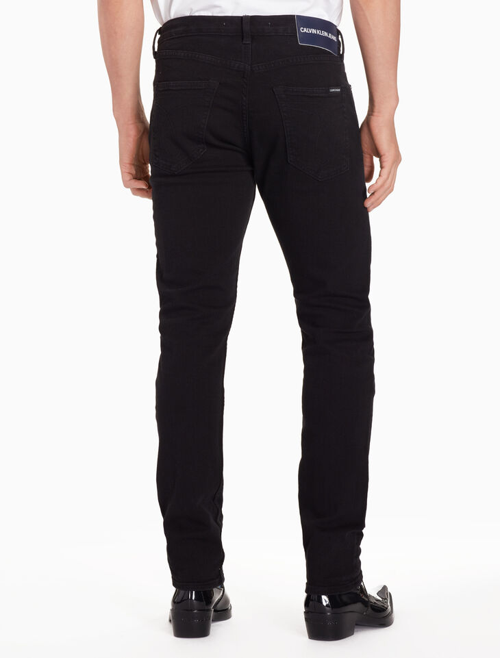 CALVIN KLEIN CKJ 056 MEN ATHLETIC TAPER JEANS