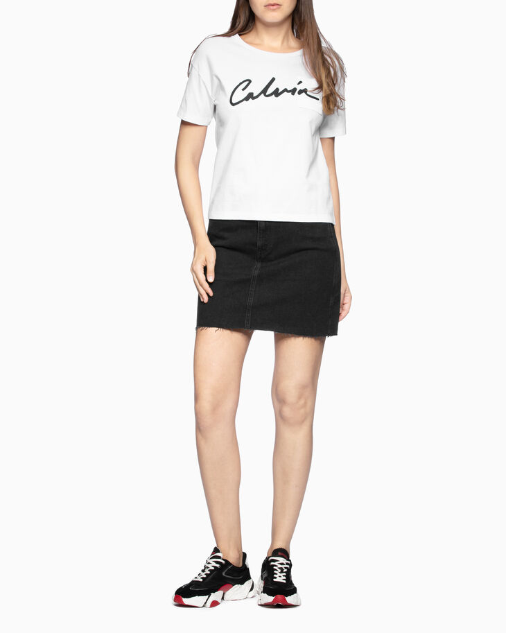 CALVIN KLEIN SCRIPT LOGO CHEST POCKET 티셔츠