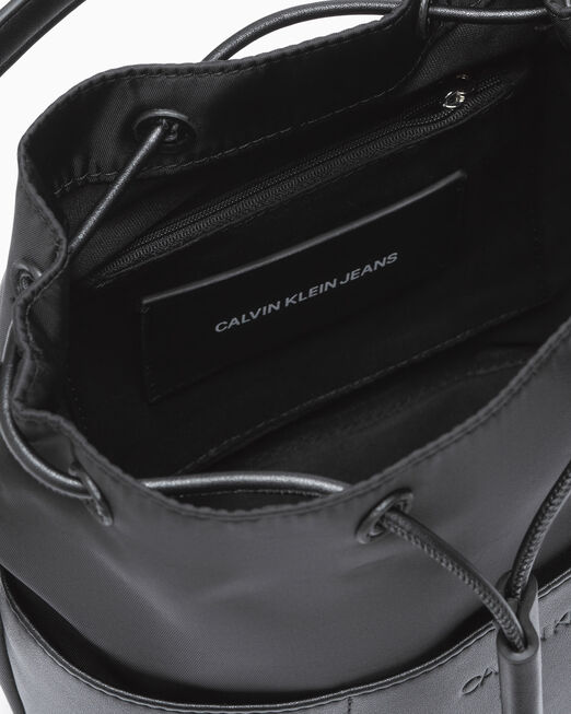 CALVIN KLEIN SLEEK NYLON 버켓 백